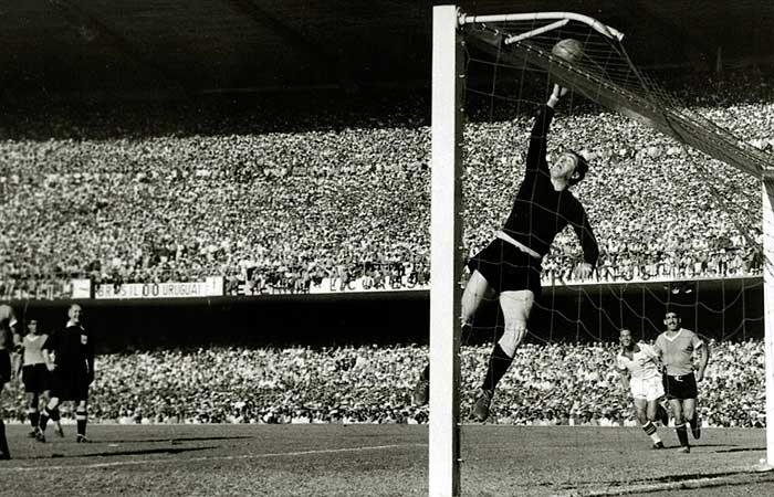 16.07.1950. Brazil – Uruguay 1:2. Uruguays goalkeeper Roque Maspoli leaps to touch the ball over the bar during intense pressure from Brazil