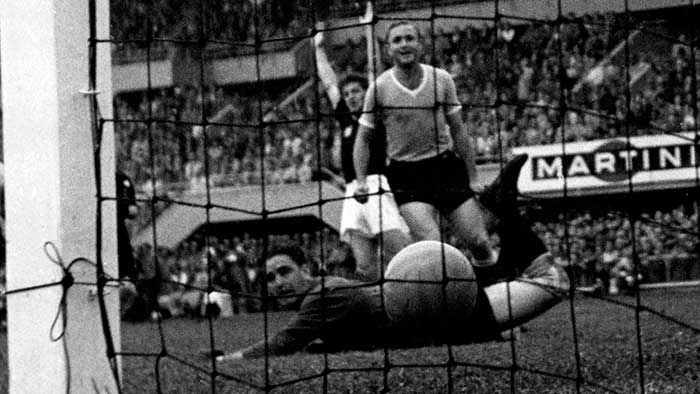 30.06.1954 Венгрия - Уругвай 4:2. Uruguay keeper Roque Maspoli and defender Jose Santamaria watch a shot by Hungarys Zoltan Czibor go in