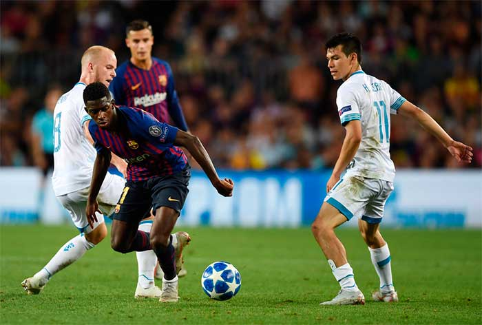 Ousmane Dembele of Barcelona runs with the ball under pressure from Jorrit Hendrix and Hirving Lozano of PSV Eindhoven during the Group B match of the UEFA Champions League between FC Barcelona and PSV at Camp Nou on September 18, 2018 in Barcelona, Spain